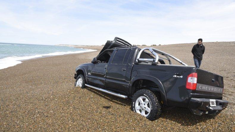 La camioneta fue tapada por el mar dos veces y quedó destrozada. Ayer a la tarde su propietario la sacó con la ayudad de un gruista y un maquinista.
