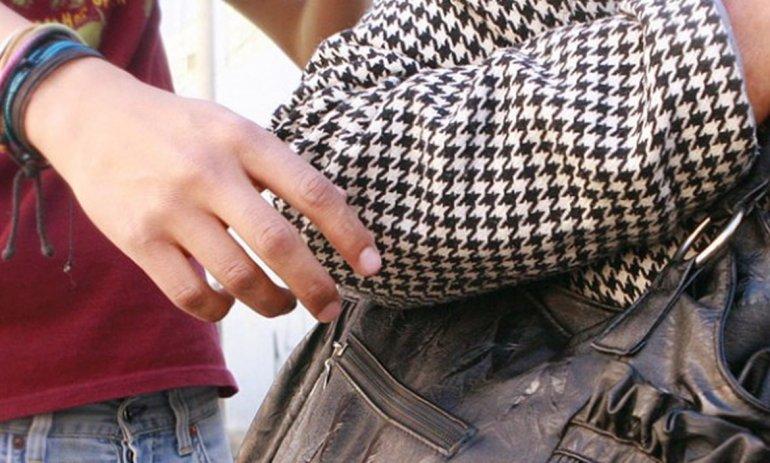 Abrazó a una mujer adulta y le cortó  la cartera para robarle la jubilación