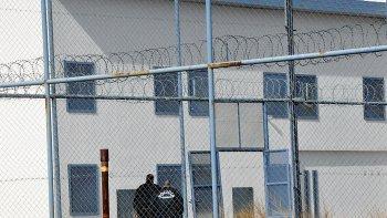 sigue profugo uno de los condenados que cumplian prision domiciliaria por falta de inodoros