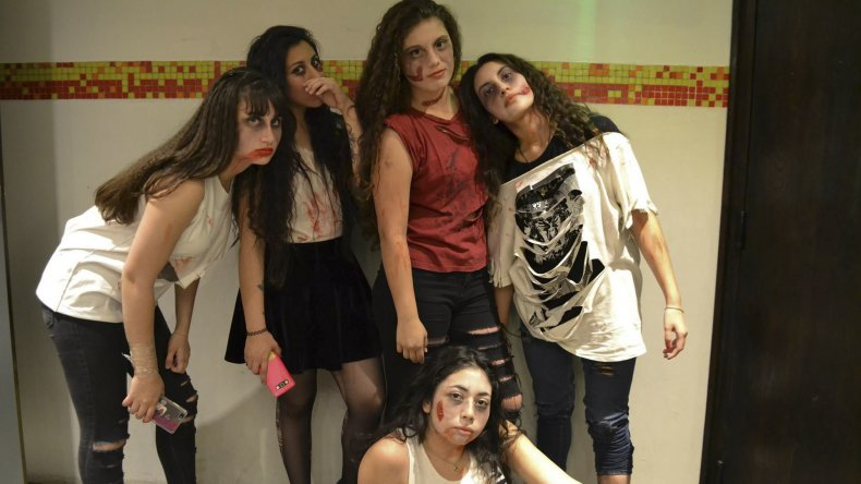 Estudiantes de la Escuela de Arte improvisaron una actuación zombie mientras proyectaban una película de terror.