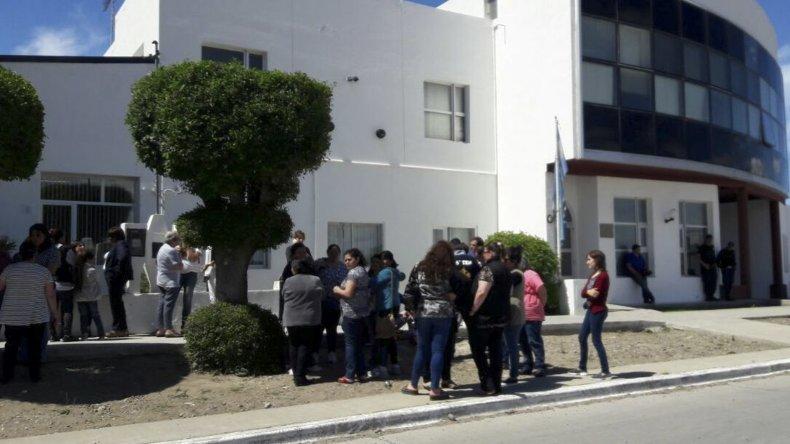 Docentes y padres concurrieron al Juzgado de Instrucción de Puerto Deseado