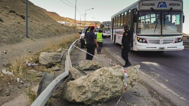 El trabajo de prevención en la zona afectada por la caída de rocas desde el cerro Chenque.