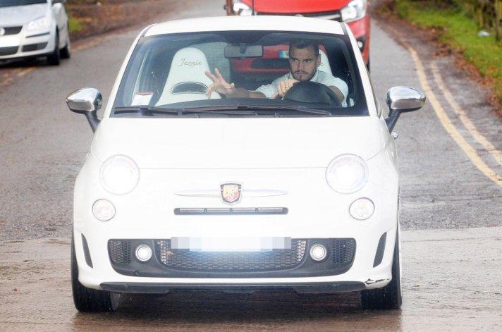 Romero llegó al entrenamiento en un Fiat 500 y fue noticia en la prensa inglesa