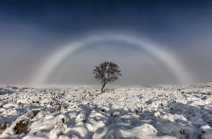 Un fotógrafo retrató un inusual arcoíris blanco