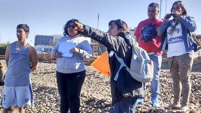 Alejandra Márquez muestra a un grupo de observadores las distintas especies de aves costeras durante la jornada primera jornada de avistaje propiciada por la Dirección de Turismo.