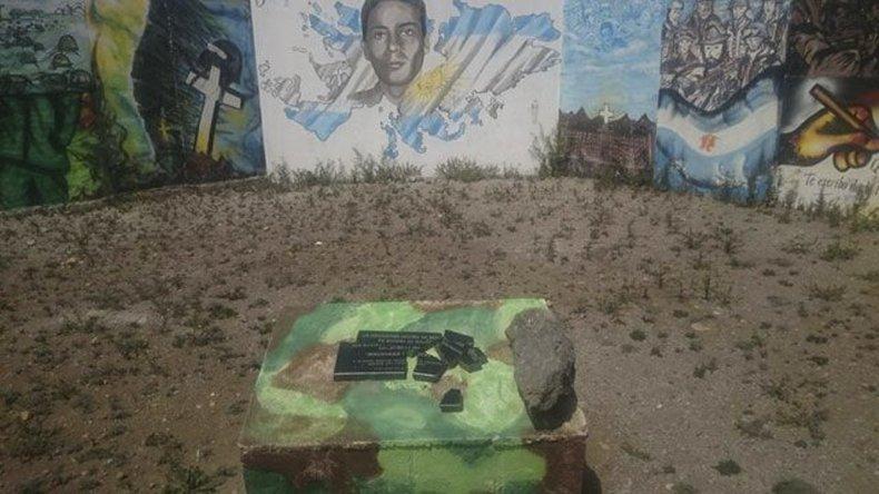 La placa que rinde homenaje a los caídos y veteranos de Malvinas fue destruida por vándalos en el barrio 499 Viviendas de Río Gallegos.