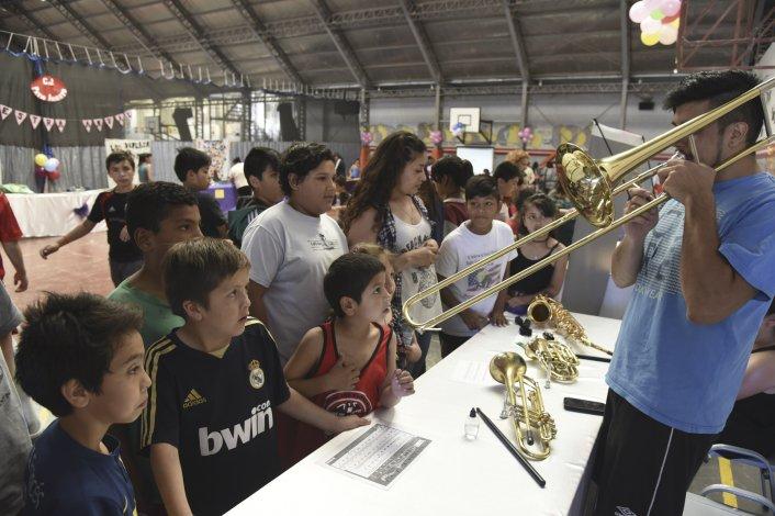 La muestra anual de talleres y del proyecto pedagógico del Centro Juvenil Patio Abierto se desarrolló ayer en el gimnasio del Colegio Salesiano Domingo Savio.