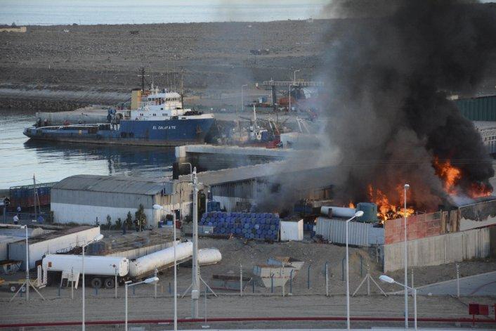 Gran incendio en un depósito portuario  de aceite industrial