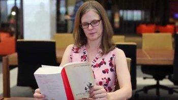 le pagan a una mujer mas de 1.000 euros por leer un libro