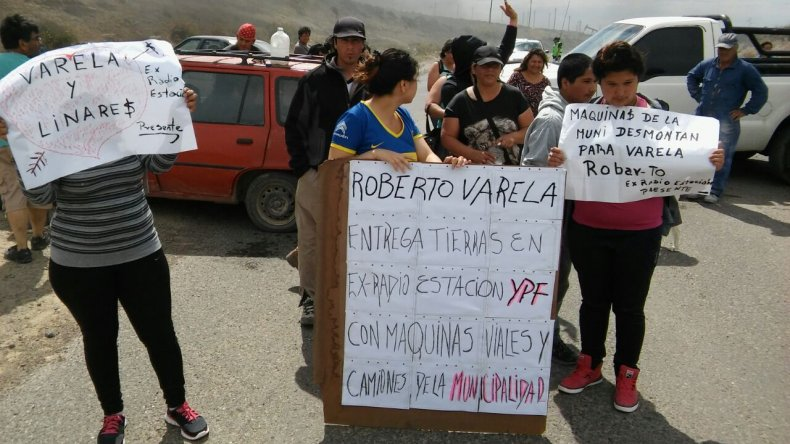 Un grupo de vecinos se apostó en el Roque González