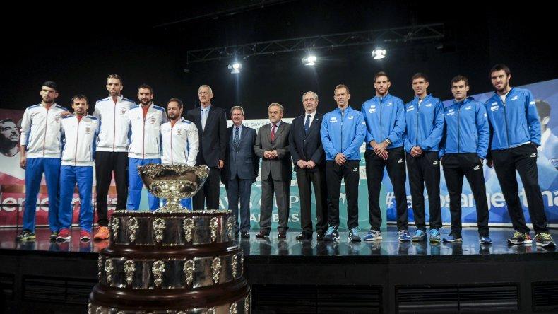 Los protagonistas de la final de la Copa Davis posan junto a la Ensaladera de Plata luego del sorteo realizado ayer en la capital croata.