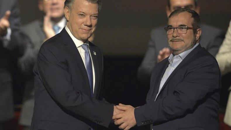 Santos y Timochenko rubricaron un renovado acuerdo de paz.