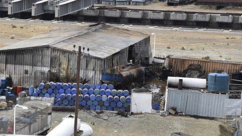 El predio donde ardieron dos cisternas montadas en chasis de camión y tambores repletos de aceite residual de barcos. Al lado