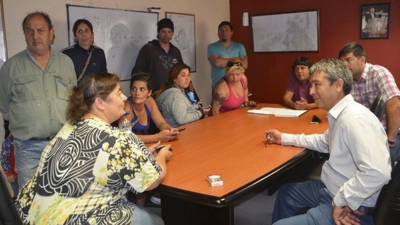 Vecinos de las 150 Viviendas se reunieron a media mañana de ayer con funcionarios de Servicios Públicos y del municipio.