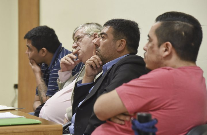 Policías y civiles ayer comprometieron aún más la situación procesal de los inspectores acusados de extorsión y robo agravado.
