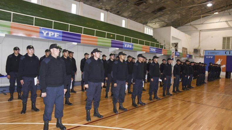 La formación de los policías que egresaron ayer y que prestarán servicios en Comodoro Rivadavia.