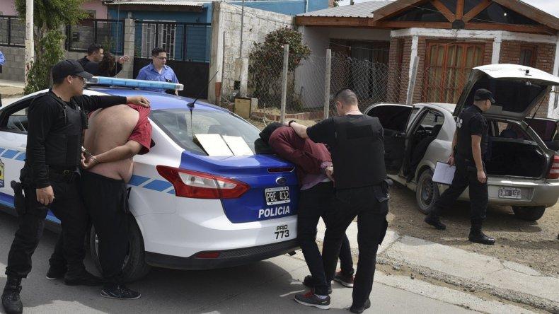 Los ladrones fueron inmediatamente reducidos y esposados. A la derecha se observa el vehículo en el que cargaban un televisor LED.