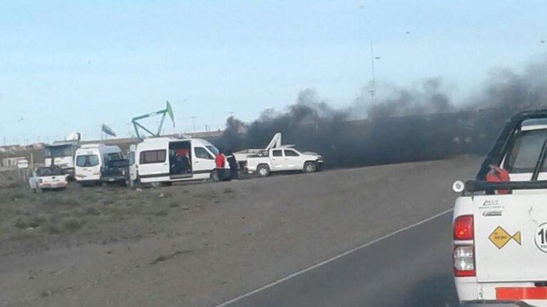 Petroleros realizan un piquete en el acceso a Pampa del Castillo