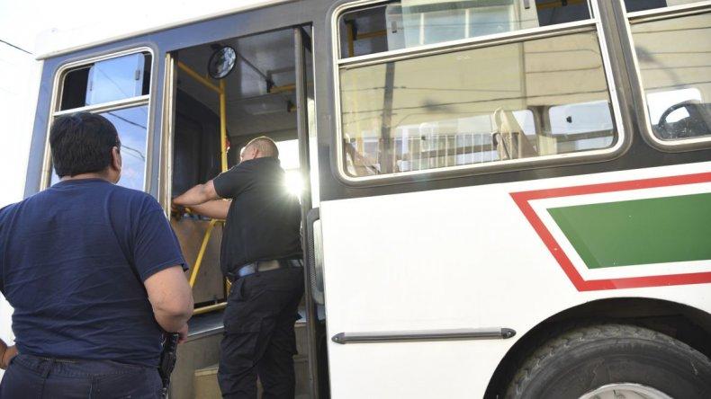 Un niño fue aprisionado por la puerta de un colectivo urbano
