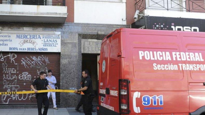 La puerta del edificio donde Cardozo mató a su pareja.