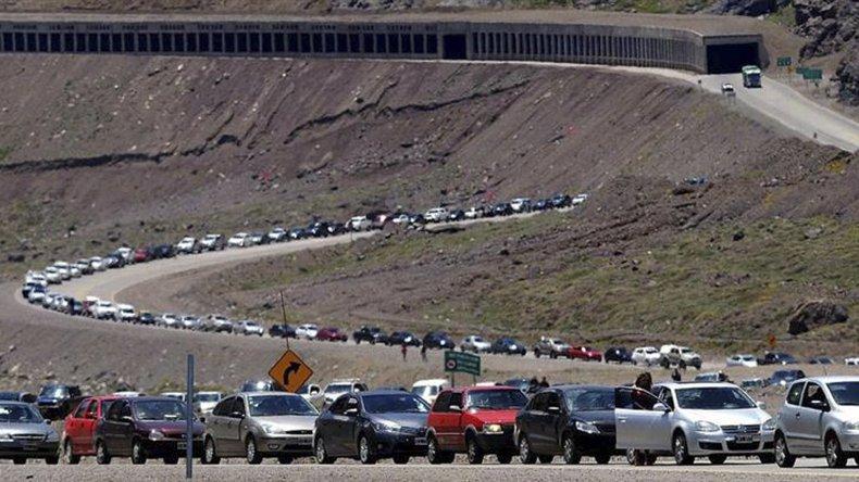 La fila de conductores que ayer se aprestaba a cruzar a Chile
