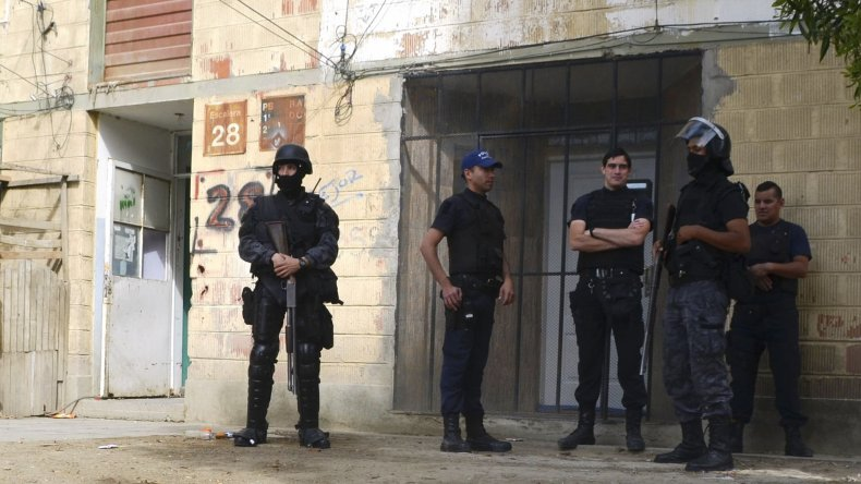 Efectivos de la Seccional Tercera de Policía y del Cuerpo de Infantería montaron una fuerte custodia policial en distintas zonas del barrio 2 de Abril.