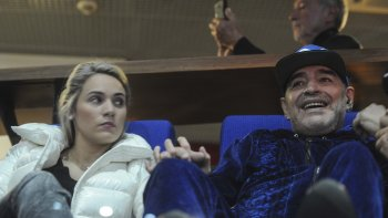 Diego Maradona con su pareja Rocío Oliva ayer en el Arena Zagreb.