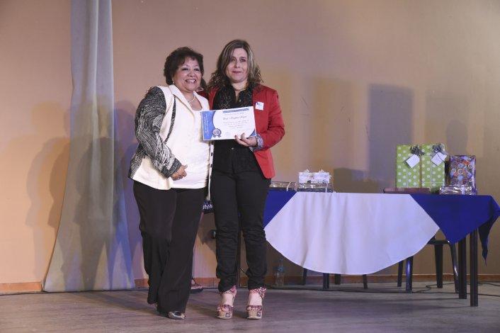 En un emotivo acto la escuela de Las Orquídeas reconoció a docentes que cumplieron 25 años en la institución.