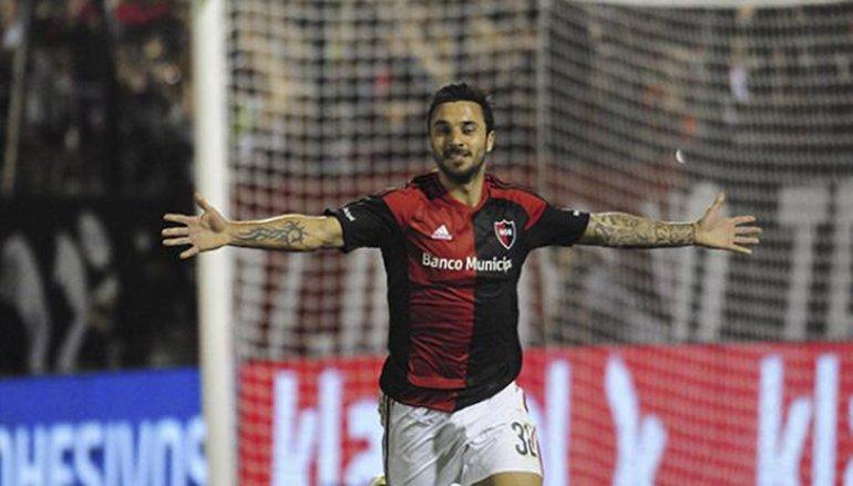 Ignacio Scocco viene de convertir de penal el gol que le dio el triunfo a Newells ante River en Rosario.