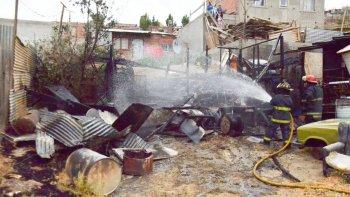 un hombre sufrio quemaduras al incendiarse su vivienda en la extension del 30 de octubre