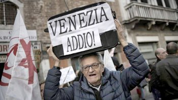 Los manifestantes marcharon con valijas y mensajes como Adiós Venecia.