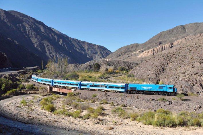 El tren permite trepar la montaña desde los 1.187 metros sobre el nivel del mar de la ciudad de Salta hasta una altura de 4.200 en La Polvorilla.