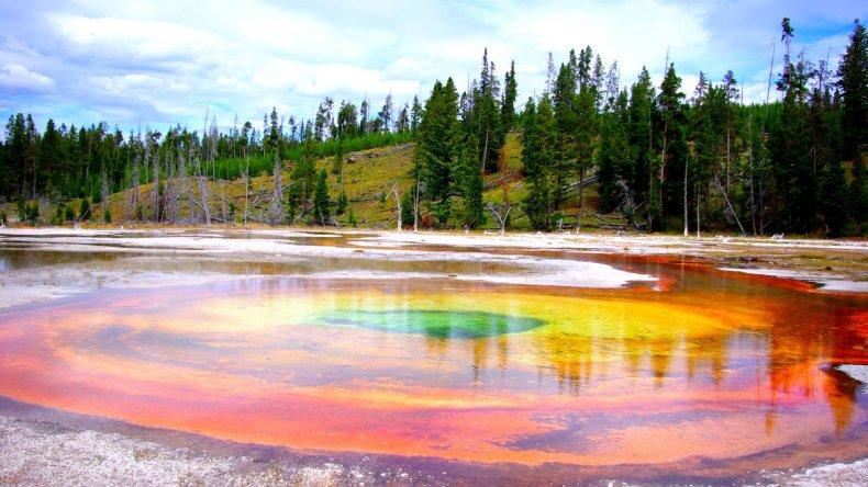 Las aguas termales varían entre los tonos verdosos del invierno y los rojizos del verano