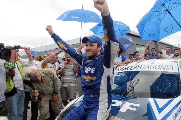 Agustín Canapino festejando ayer su coronación en el Super TC2000.