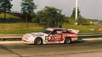 El Datsun de Rementería en el circuito callejero de Santa Fe, dos fechas después de la consagración del piloto comodorense.