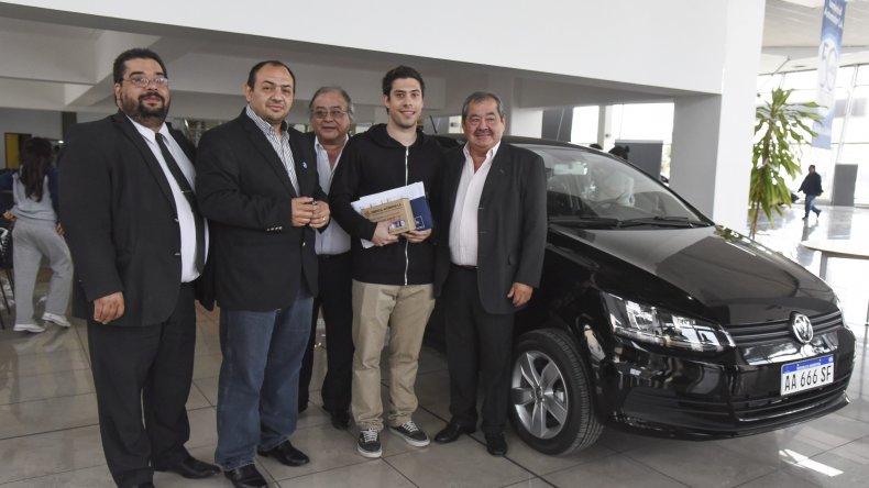 El Centro de Empleados de Comercio entregó el viernes dos automóviles 0 Kilómetro a Tamara Rodríguez y Federico Hammond.