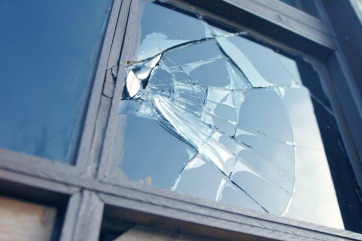 Una mujer destrozó vidrios en una casa  porque pensó que allí todavía vivía su ex