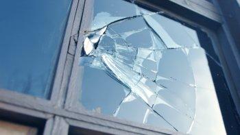 una mujer destrozo vidrios en una casa  porque penso que alli todavia vivia su ex