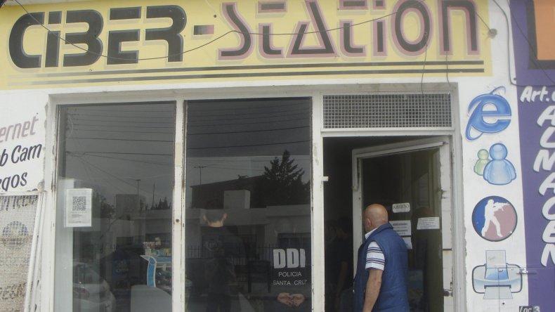 En el ciber café de la calle Mariano Moreno la policía logró ubicar las computadoras desde donde se transmitía el material pedófilo y también identificó el correo de quien las subía a la web.