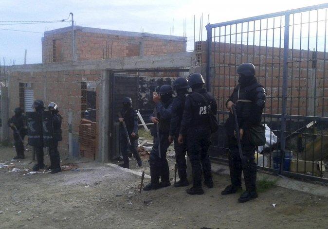 En el allanamiento que se realizó en una vivienda del barrio Costa del Sol fue detenido Carlos Pérez. En ese lugar también se incautaron dos plantas de marihuana y un automóvil que sería sometido a peritaje.