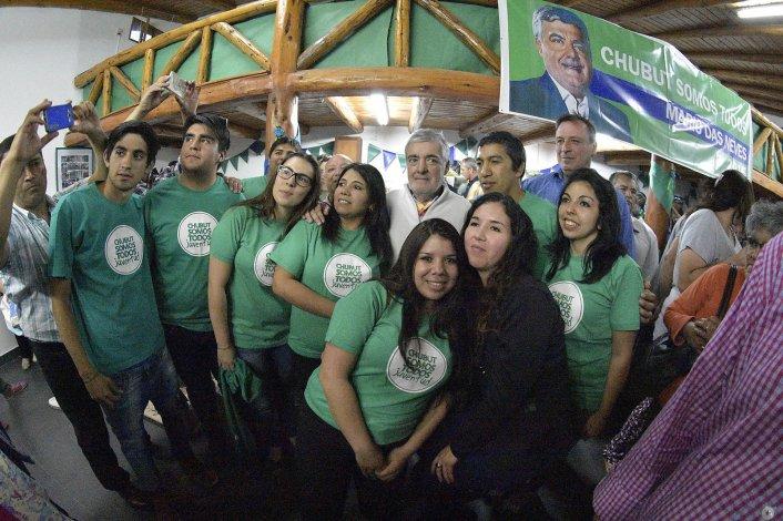 El gobernador acompañado por la juventud de su partido.