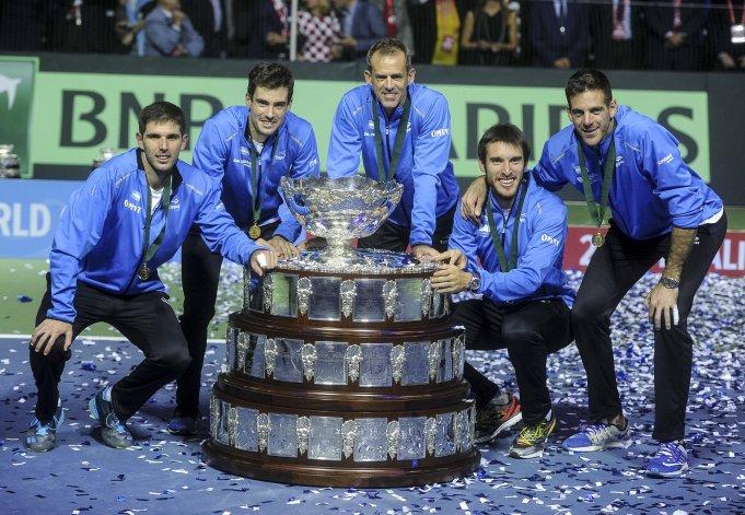 El equipo argentino junto a la Copa Davis