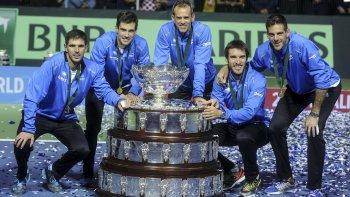 El equipo argentino junto a la Copa Davis, el trofeo tantas veces buscado y que ayer se hizo realidad en la capital croata.