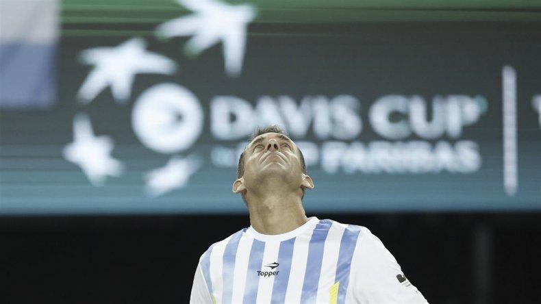 El capitán Daniel Orsanic mira al cielo y no lo puede creer. Argentina es campeón de la Copa Davis.