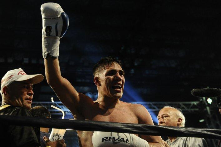 Brian Castaño celebra su victoria en González Catán.