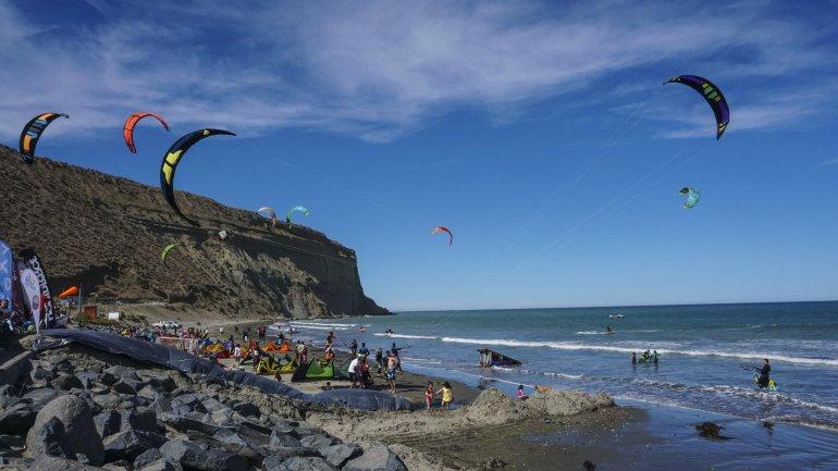 El colorido de los cometas y las bellezas naturales de la playa de Rada Tilly.