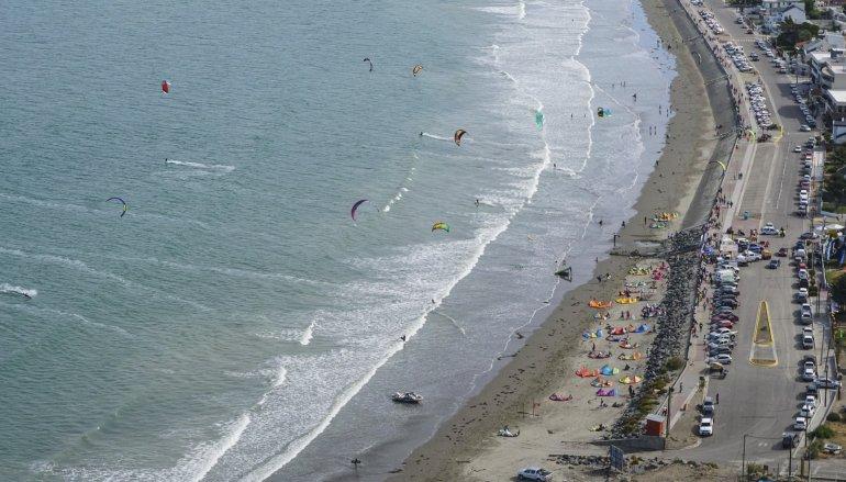Una panorámica del espectáculo del kitesurf.