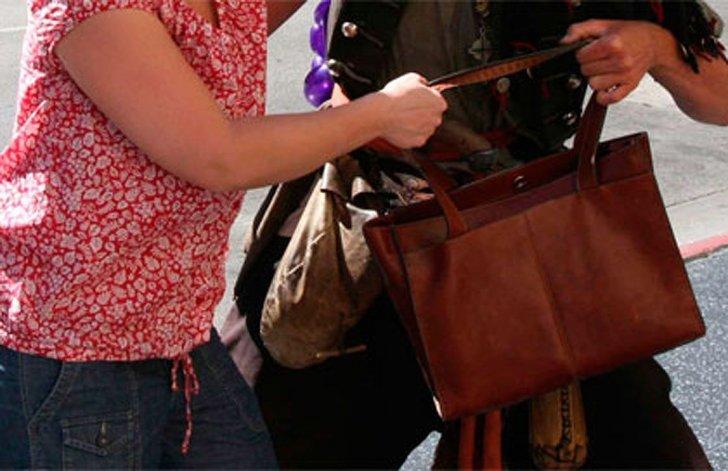 Dos delincuentes asaltan a una mujer y le roban la cartera en el Abásolo