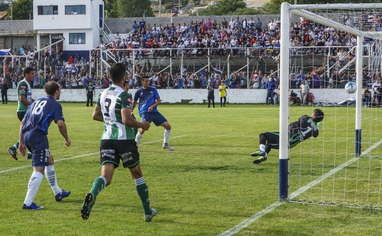 Mauro Villegas marca su segundo gol de la tarde