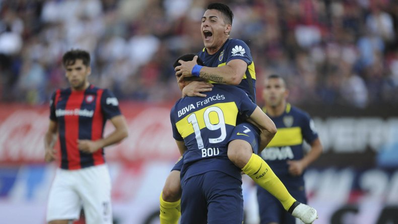 Walter Bou festeja su gol con Cristian Pavón.